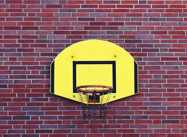 Tante Tati https://pixabay.com/photos/basketball-hoop-basketball-sport-1118494/